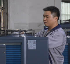 工业冷水机生产线_宝马职员正在对风冷式冷水机做检测