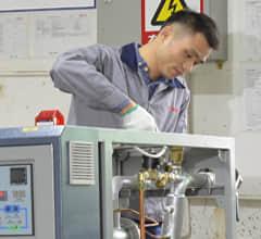 宝马娱乐bm777在线平台生产车间_职员处理水温机装配工作